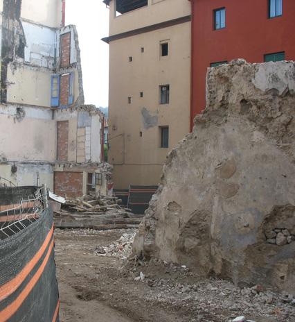 Seguiment arqueològic dels treballs arquitectònics efectuats a l'entorn de la muralla medieval d'Olot.